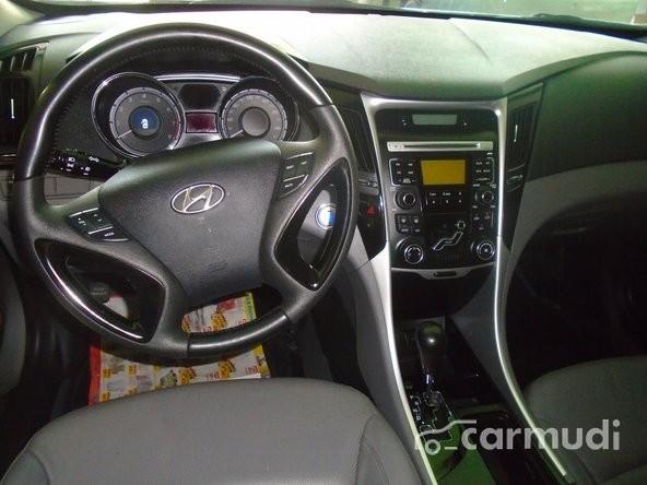 Xe Hyundai Sonata full option 2010 cũ màu bạc / xám đang được bán
