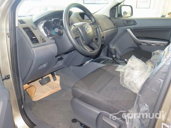 Xe Ford Ranger XLS 4x2 2015 mới màu vàng đang được bán