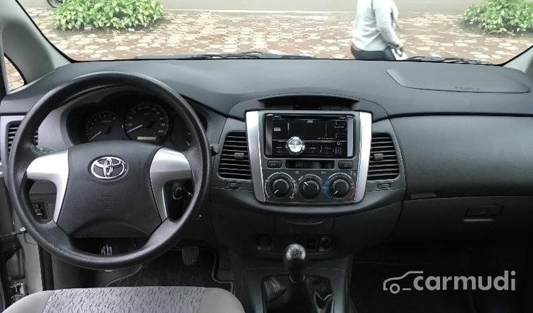 Xe Toyota Innova E 2013 cũ màu bạc đang được bán