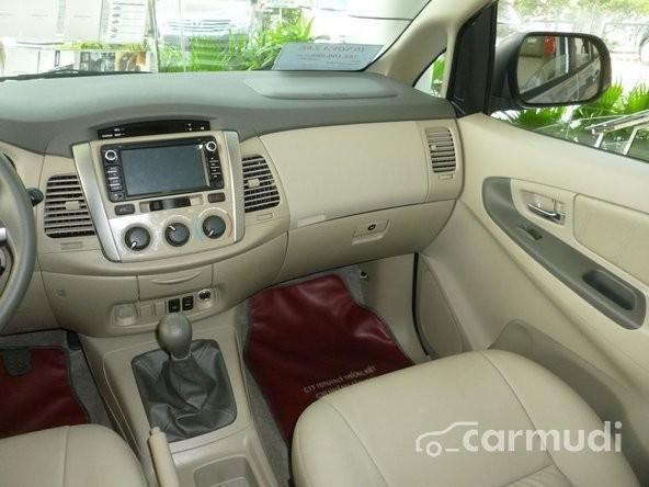 Xe Toyota Innova 2.0 E 2015 mới màu bạc đang được bán