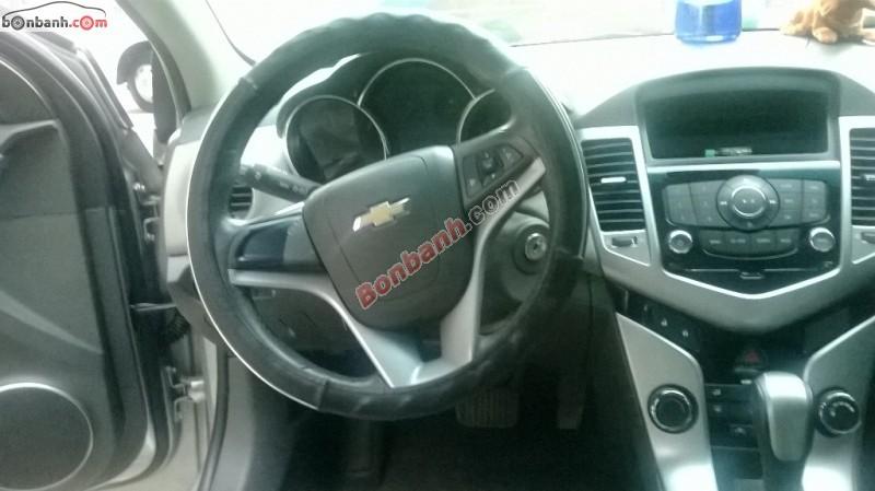 Cần bán gấp Chevrolet Cruze đời 2011, màu bạc, xe gia đình