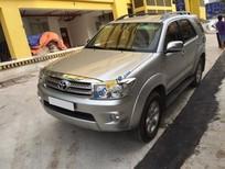 Cần bán Toyota Fortuner V số tự động 2 cầu, màu bạc