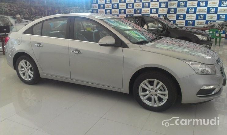 Cần bán Chevrolet Cruze LT MT đời 2015, màu bạc, giá 572tr