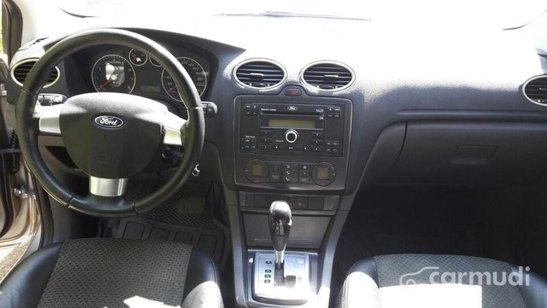 Xe Ford Focus 2008 cũ màu hồng đang được bán