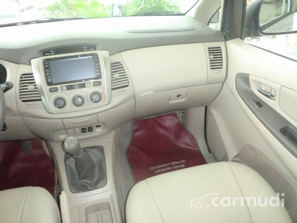 Toyota Innova 2.0 E 2015 mới màu bạc xe đẹp nguyên bản