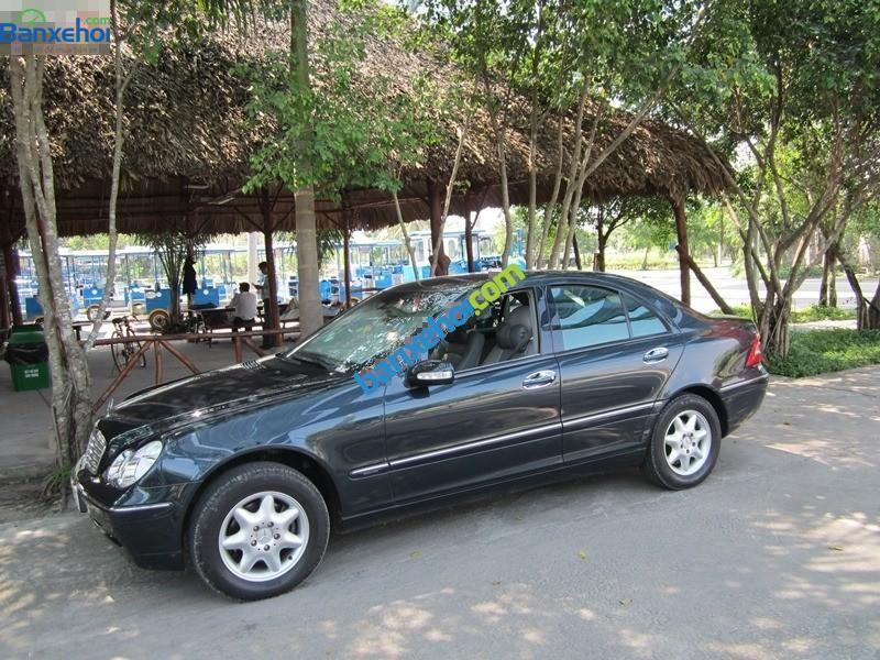 Cần bán Mercedes 2002, màu đen, chất lượng còn rất tốt