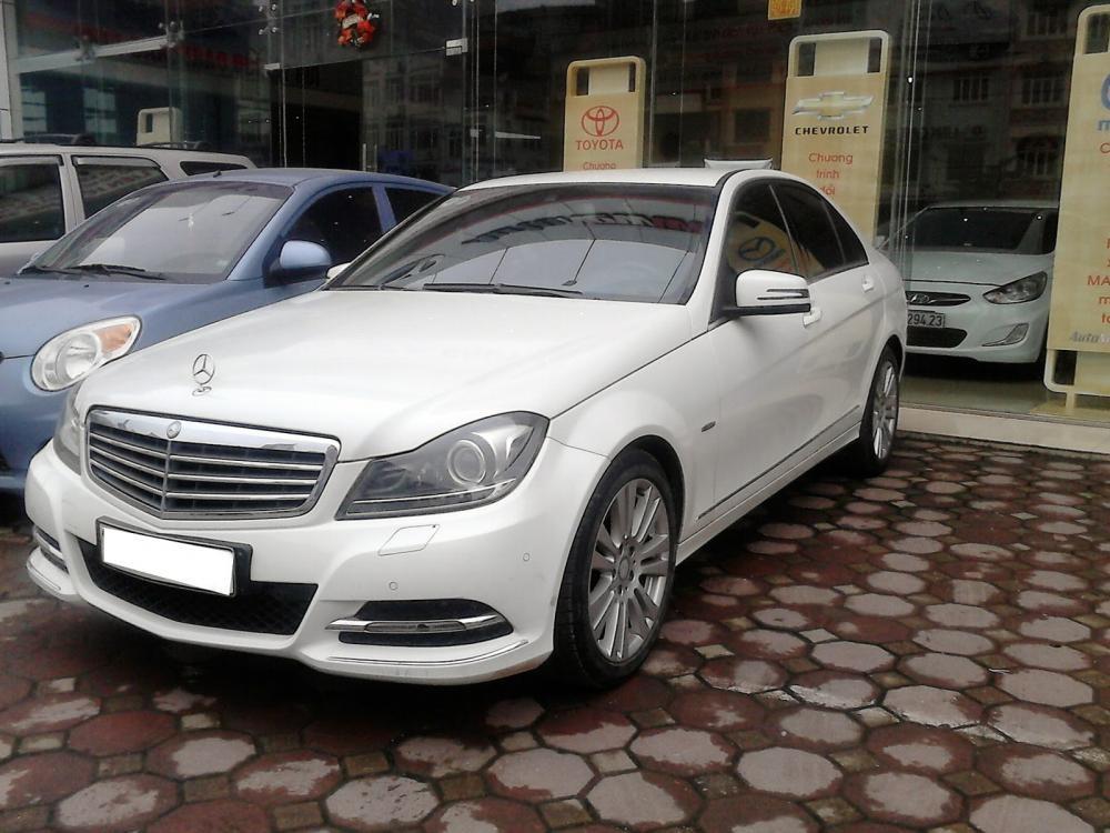 Cần bán lại xe Mercedes 2011, màu trắng, xe trang bị đầy đủ đồ