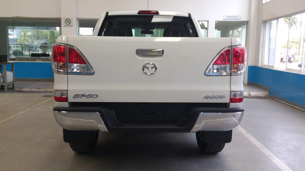Cần bán xe Mazda BT 50 2.2L 2WD AT đời 2015, màu trắng, nhập khẩu chính hãng, giá 684Tr