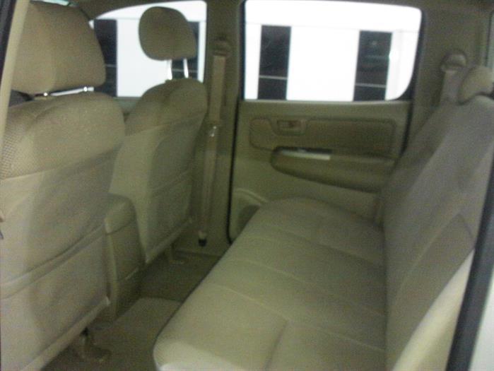 Bán ô tô Toyota Hilux 3.0G đời 2011, màu bạc, xe đi ít và giữ gìn nên còn rất mới