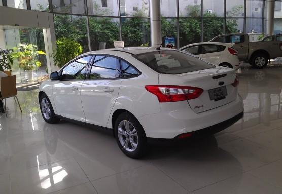 Mình cần bán xe Ford Focus 1.6 AT 2015, màu trắng