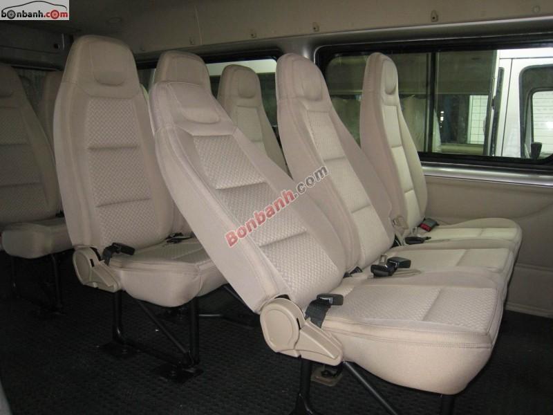 Cần bán Ford Transit Standard đời 2015, màu bạc, không gian rộng rãi, những tiện nghi hiện đại