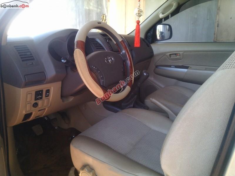Cần bán gấp Toyota Hilux đời 2010, màu bạc, nhập khẩu số sàn