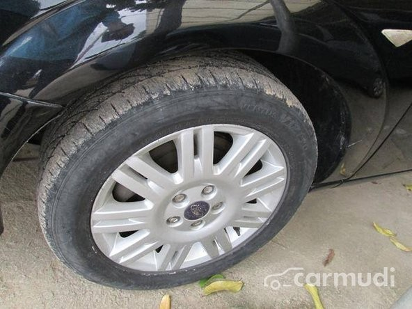 Xe Ford Mondeo V6 2013 cũ màu đen đang được bán