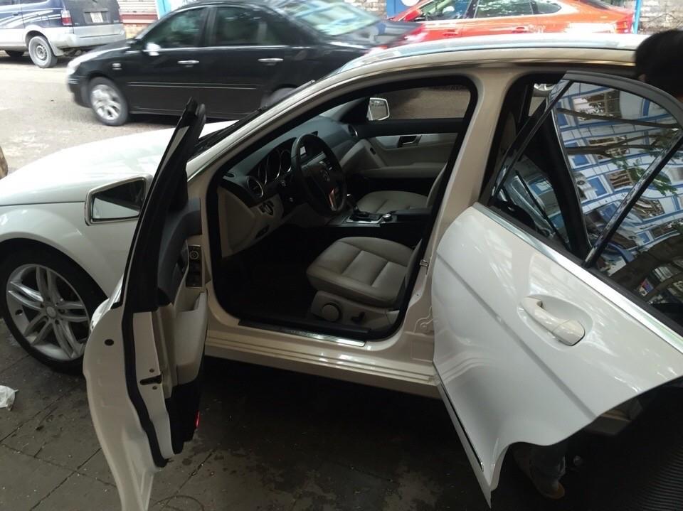 Cần bán xe Mercedes C200, màu trắng, xe chính chủ mình đi giữ gìn còn rất đẹp và như mới