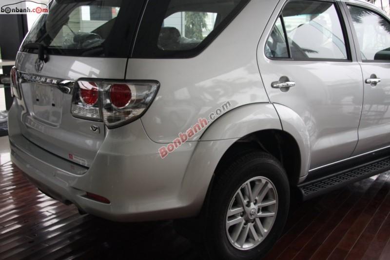 Cần bán Toyota Fortuner 2.7V 4x2AT đời 2015, màu bạc, giá chỉ 945 triệu