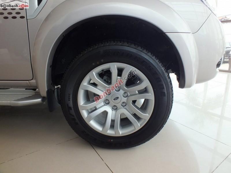 Cần bán Ford Everest 4x2MT năm 2015, màu bạc