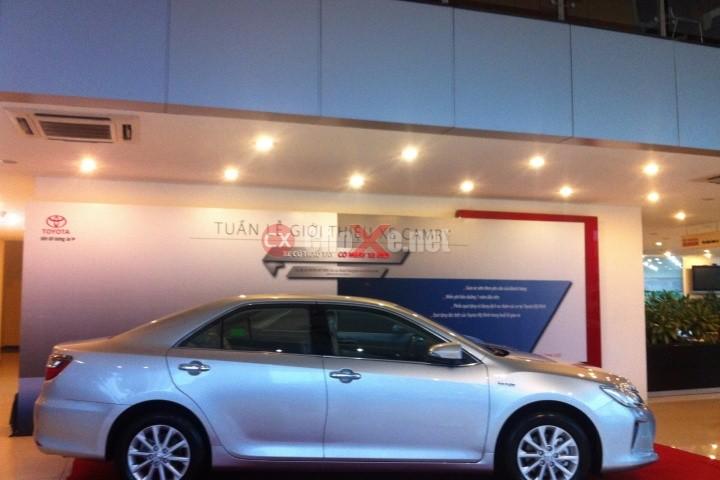 Cần bán xe Toyota Camry 2.0E sản xuất 2016, màu bạc