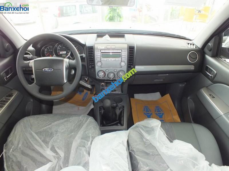 Bán xe Ford Everest 4x2MT đời 2015, màu bạc, giá 745tr