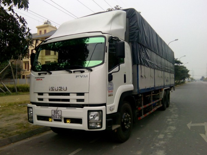 Xe tải Isuzu FVR34S tải trọng 8.4 tấn thùng dài 7m9