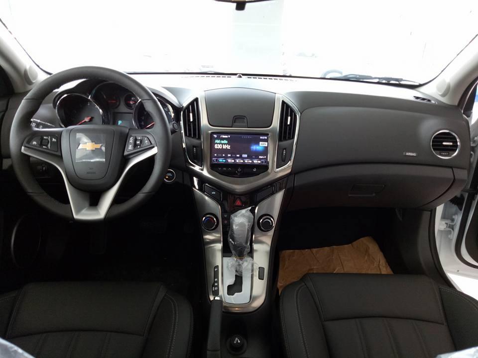 Bán Chevrolet Cruze 2017, màu trắng giá cạnh tranh đầu ưu đãi
