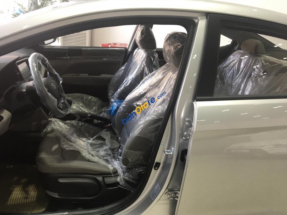 Bán xe Hyundai Elantra năm 2017, màu bạc