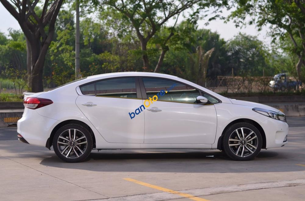 Cần bán Kia Cerato 1.6 MT năm 2017, màu trắng