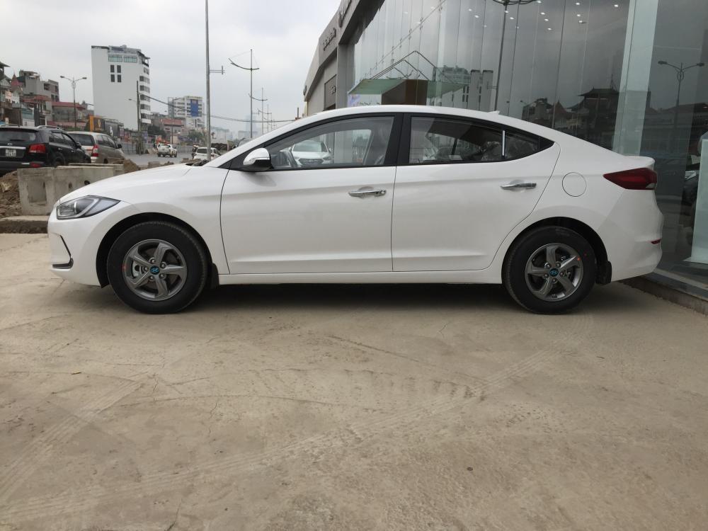 Cần bán Hyundai Elantra 1.6L MT 2018 mới, màu trắng, giá bán cạnh tranh