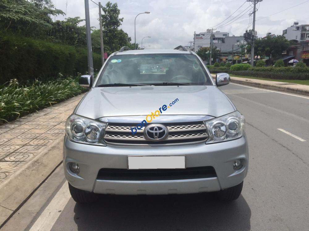 Cần bán Toyota Fortuner sản xuất năm 2009, màu bạc số tự động