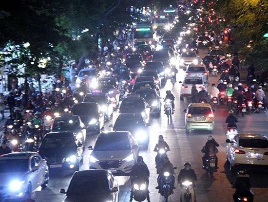 Người lái ô tô bật đèn pha trong khu dân cư sẽ bị phạt từ 600-800 nghìn đồng 1