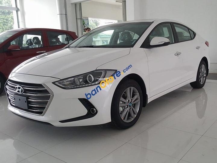 Cần bán Hyundai Elantra 1.6AT năm 2018, màu trắng