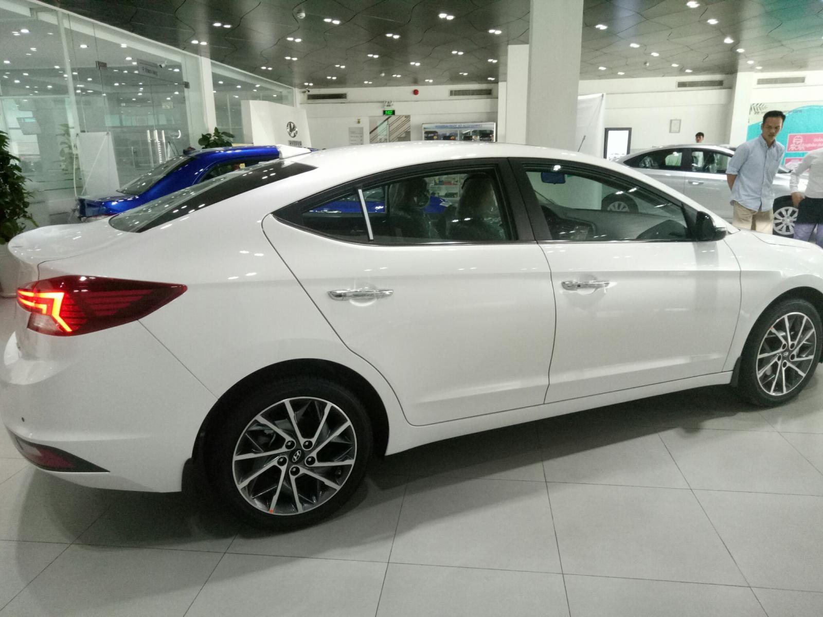 Bán xe Hyundai Elantra 1.6MT 2020, màu trắng giảm giá trực tiếp, vay NH 80%
