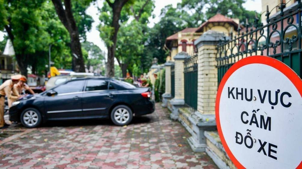 Người tham gia giao thông sẽ bị xử phạt thế nào khi đỗ xe trước cổng trụ sở cơ quan? 1