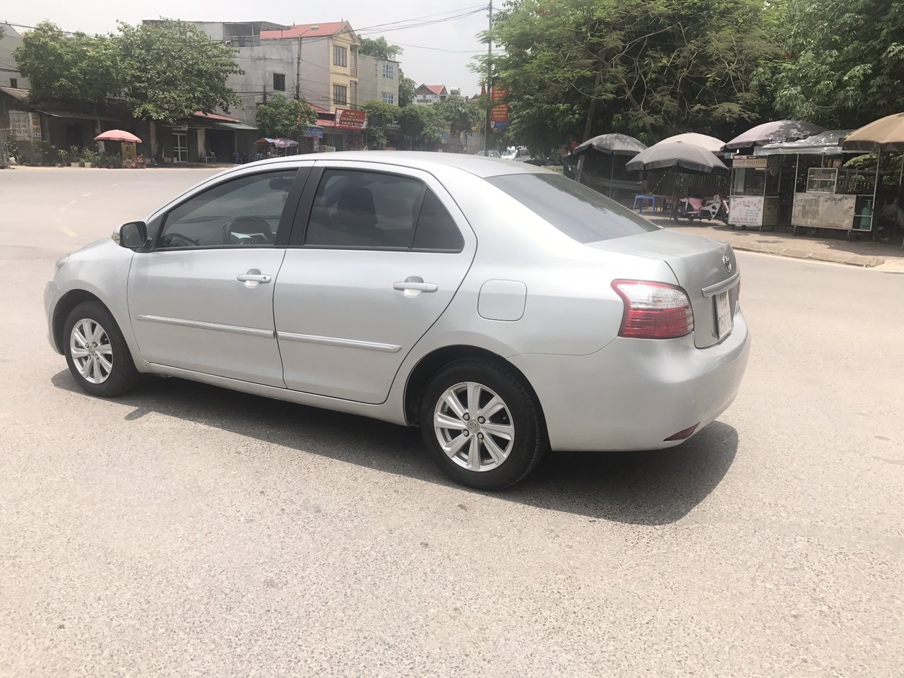 Cần bán gấp Toyota Vios 1.5MT 2011, màu bạc, giá tốt