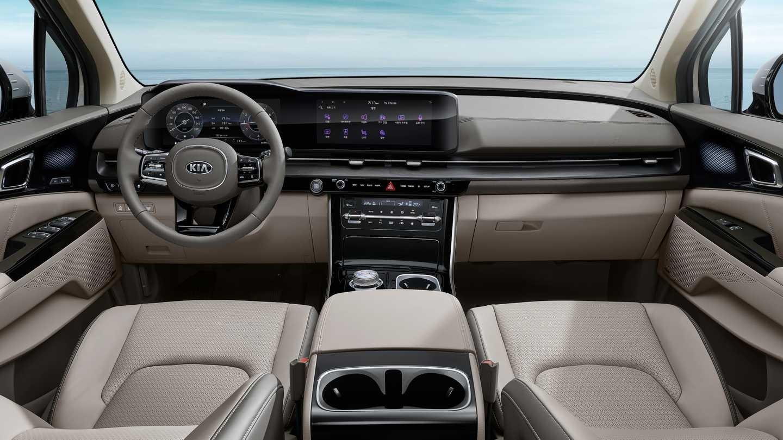 Kia Sedona có hệ thống thông tin giải trí UVO tiêu chuẩn, có màn hình cảm ứng 7 inch