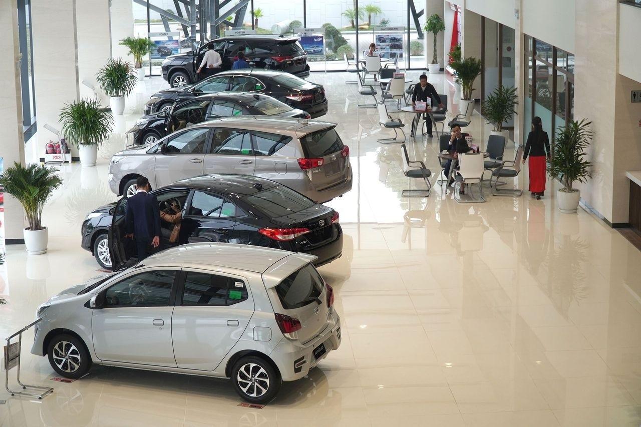 """Gặp khó khăn """"kép"""", doanh số ô tô tháng 8 giảm kỷ lục ."""