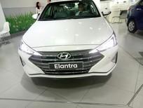 Bán xe Hyundai Elantra 1.6AT 2020, màu trắng, vay trả góp 80% giá giảm KM