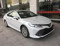 Cần bán xe Toyota Camry 2.5Q 2020, màu trắng, nhập Thái Lan, giao xe ngay. LH 0988.611.089