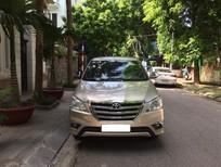 Tôi cần bán chiếc xe ô tô Toyota Innova 2.0E, màu ghi vàng, model 2016
