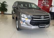 Cần bán Toyota Innova E đời 2017, màu nâu