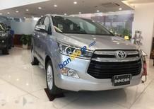 Cần bán Toyota Innova sản xuất 2017, màu bạc