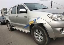 Cần bán gấp Toyota Hilux năm 2011, màu bạc còn mới